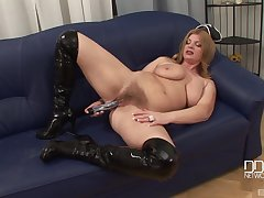 Mature MILF model takes be expeditious for her livery and masturbates